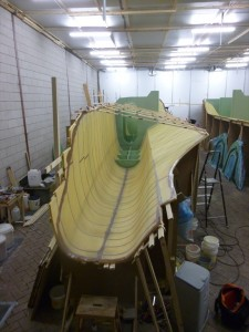 To reinforce the hull we glue temporary battens on the border